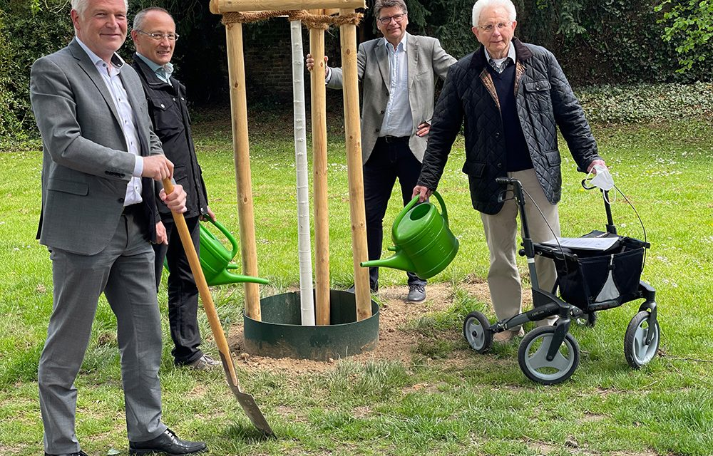 Alt-Bürgermeister Hermans spendet 50. Bäume an die Stadt
